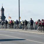 Gruppe der Radfahrer auf der Theodor-Heuss-Brücke Bild von Harald Lipp