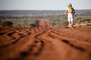 Norman Bücher läuft durch die australische Steppe