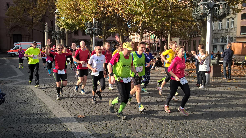 Läufergruppe auf dem Domplatz
