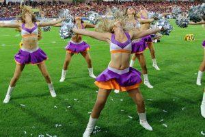 Eine Cheerleaderin im Tanz, dahinter der Rest der Gruppe