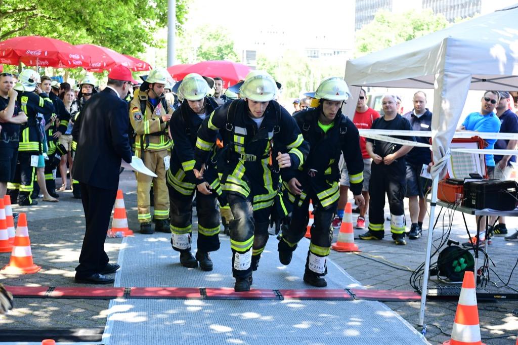 Feuerwehrleute beim Start zum SkyRun2017 ©Carlo Ackermann, Christine Baumann