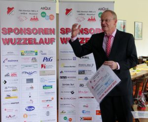 Bernd Krause bei der Spendenübergabe