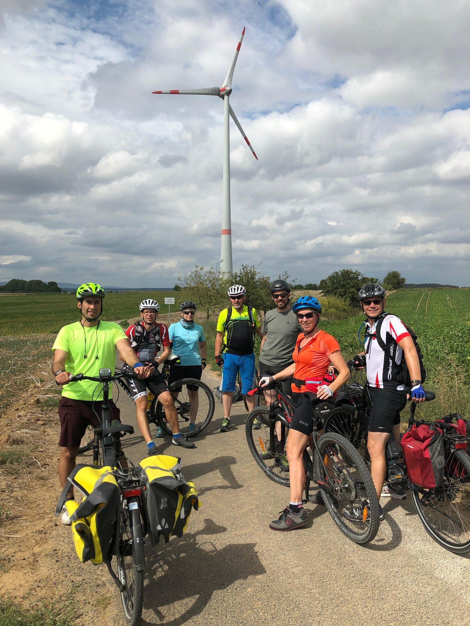 Biker vor Windrad