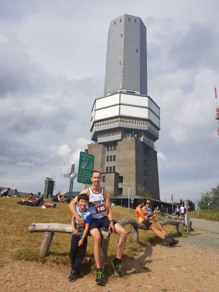 Andreas Fruhmann mit dem Sendeturm auf dem Feldberg im Hintergrund