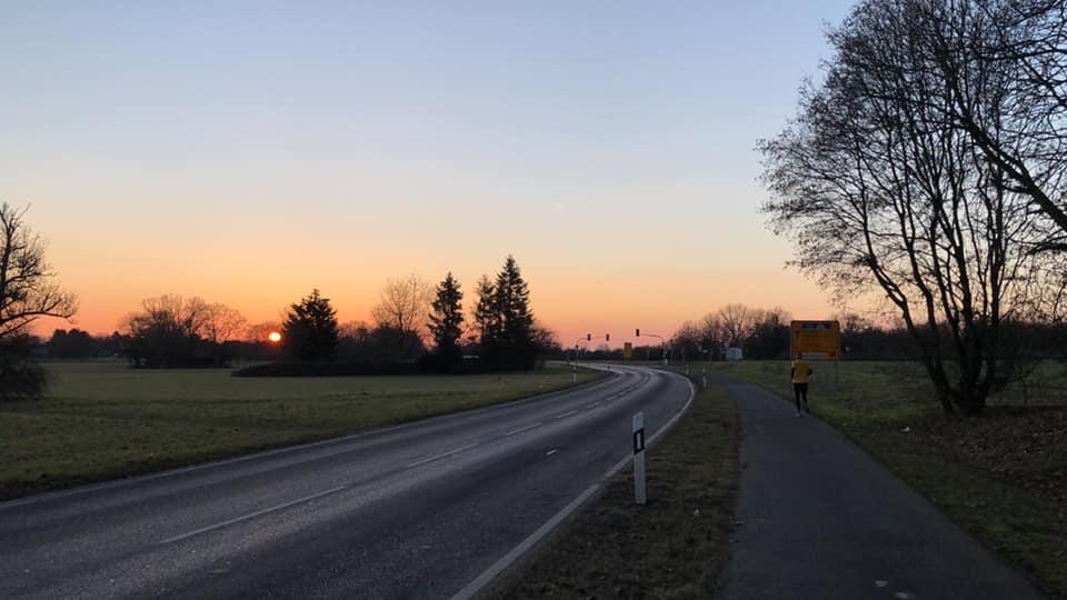 Frühmorgens - on the road im Sonnenaufgang